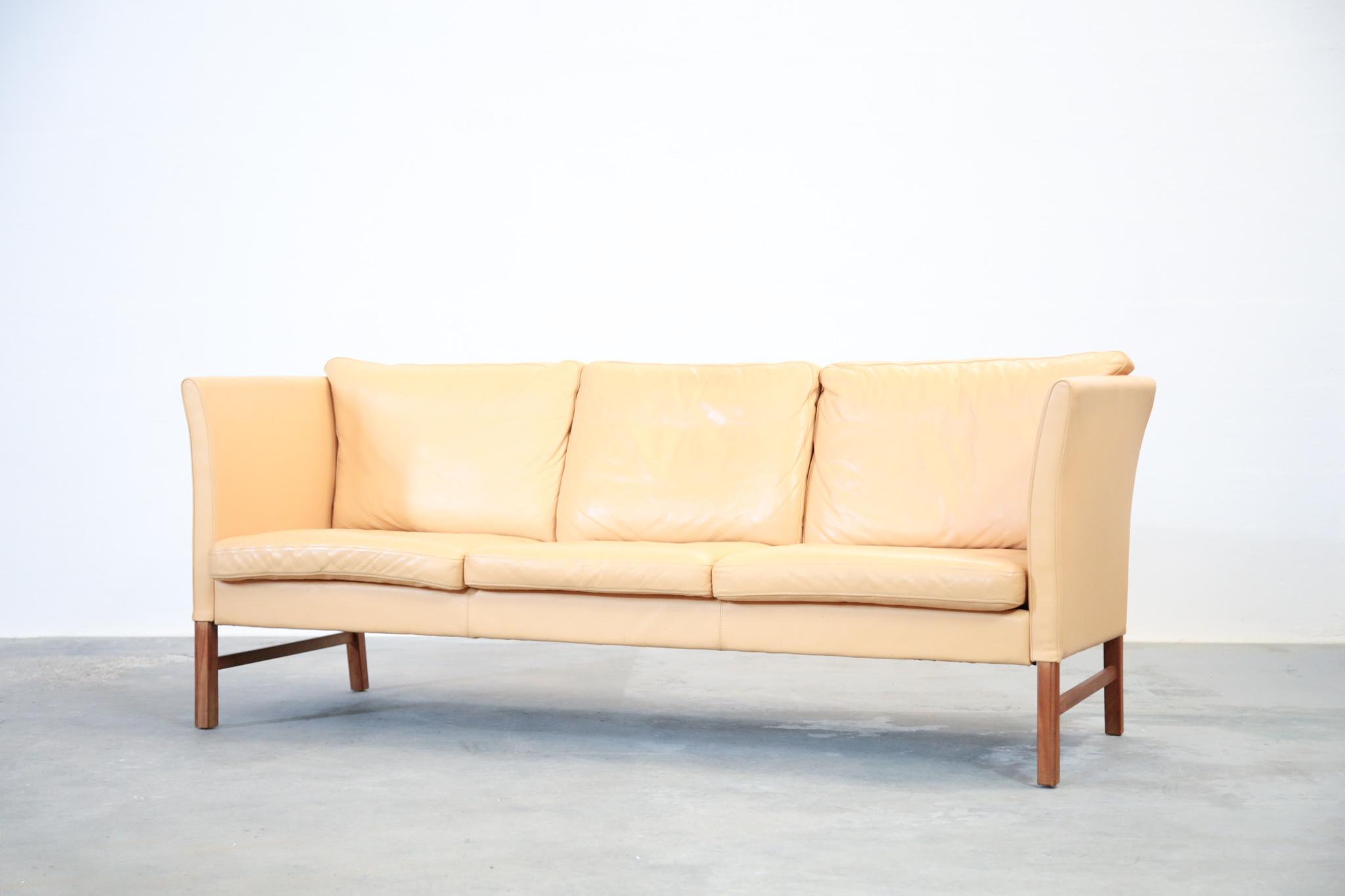 banquette danoise 3 places en cuir beige danke galerie. Black Bedroom Furniture Sets. Home Design Ideas