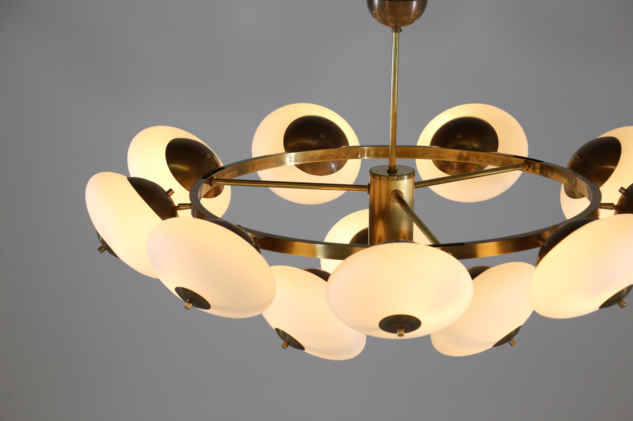 grand lustre moderne italien rond 12 opalines ovo de style stilnovo danke galerie. Black Bedroom Furniture Sets. Home Design Ideas