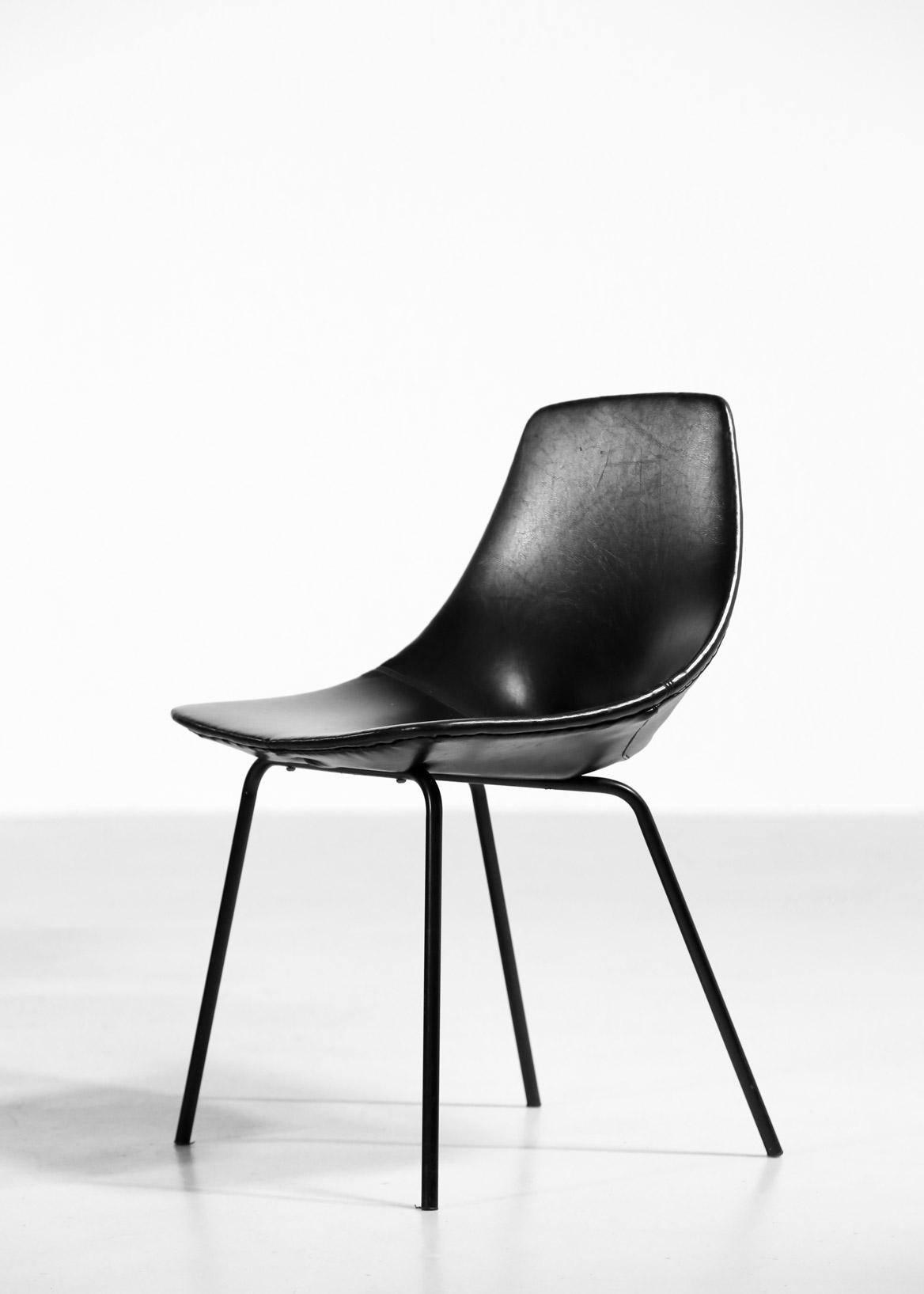 suite de 16 chaises tonneau par pierre guariche dition steiner ann es 60 danke galerie. Black Bedroom Furniture Sets. Home Design Ideas