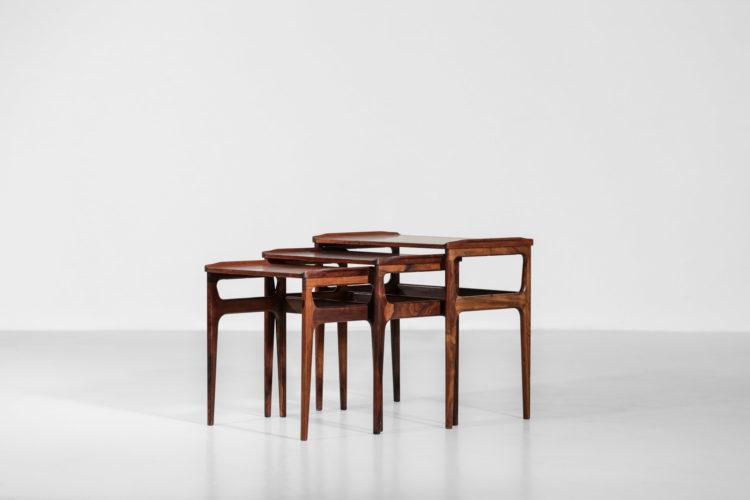bureau des années 60 du designer danois Poul Volther. Plateau en teck et caisson et piétement en chêne. Composé d'un caisson suspendu à deux tiroirs et d'une rallonge pouvant se placer au deux extrémités du bureau.