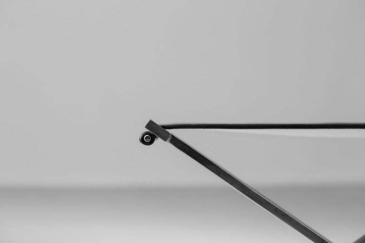 tabouret moderne en acier et cuir style poul Kjaerholmtabouret moderne en acier et cuir style poul Kjaerholm