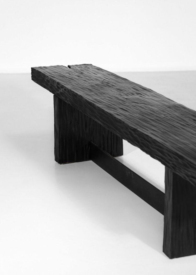 banc / table basse moderne en bois bruler travaillé à la gouge