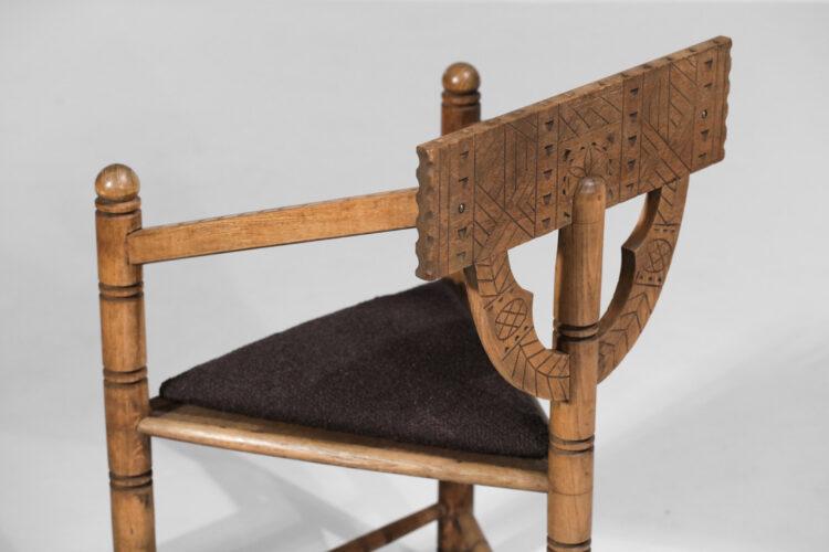 Chaise scandinave tripode sculptée chêne massif